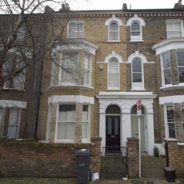 40 Stansfield Road në Brixton ku u rrit David Jones - i njohur si David Bowie. Prona sot vlen 1.5 milion Euro.