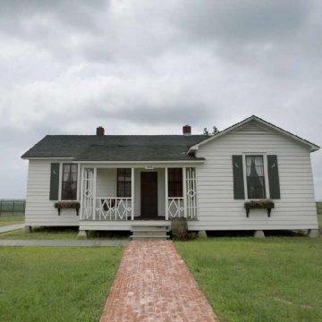E restauruar ne 2014 fale fondeve nga Arkansas State University, shtepia e femijerise e Johnny Cash ndodhet ne Dyess, Arkansas