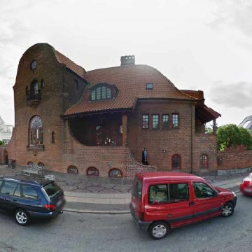 Lars Ulrich jetoi ne kete shtepi me arkitekture te vecante ne Hellerup, Danimarke deri ne moshen 17 vjecare.