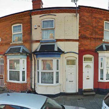 Njeri nga 6 femijet, Ozzy Osbourne kaloi vitet e tij formative ne kete shtepi te vogel me dy dhoma gjumi ne Lodge Road ne Aston.