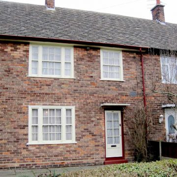 Shtepia e femijerise e Sir Paul McCartney-t ne 20 Forthlin Road ne Allerton, ne jug te Liverpool-it. ajo eshte nje ndertese e listuar nga viti 2012