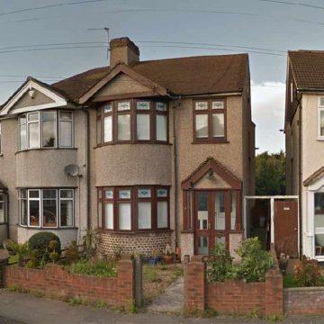 Sir Mick Jagger-in e sollen ketu ne kete shtepi ne Dartford, Kent. Shoku i tij i ardhshem, Keith Richards jetonte ne cep te rruges