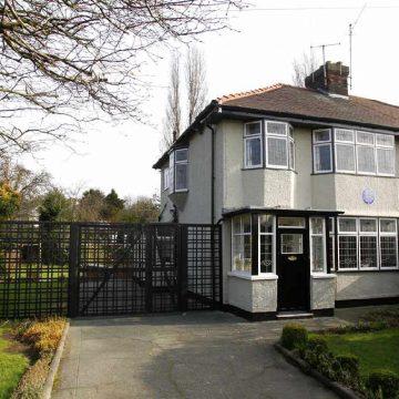 Tashme e restauruar dhe e listuar si ndertese e Grades se Dyte, kjo eshte shtepia e John Lennon me adrese 251 Menlove Avenue ne Liverpool ne te cilen jetoi hallen e tij nga 1945 deri ne 1963.